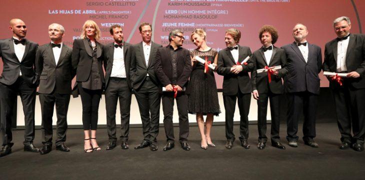 محمد رسولاف (برندهی اصلی بخش «نوعی نگاه» کن 2017) در کنار اوما تورمن و باقی داوران و برندگان